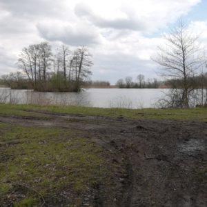Podél desítek rybníků.